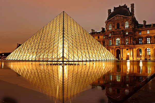 Louvre museum night tour in the evening