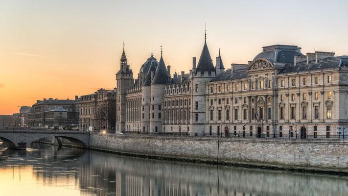 Walking tour along the Seine river prison Marie Antoinette