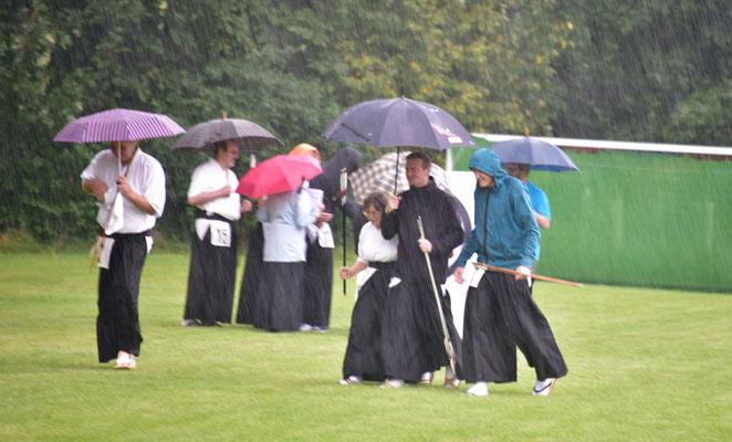 Auch die Regenschauer konnten die sichtbar gute Laune der Teilnehmer nicht trüben