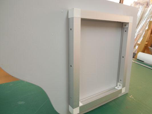 枠の側面に穴が開いているので、柱と枠をビスで固定する。