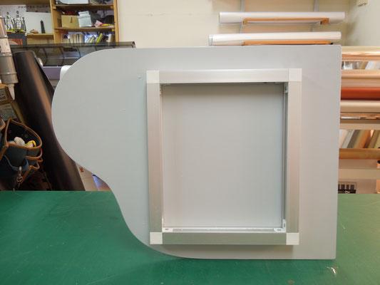 看板裏にアルミ製枠を付ける。
