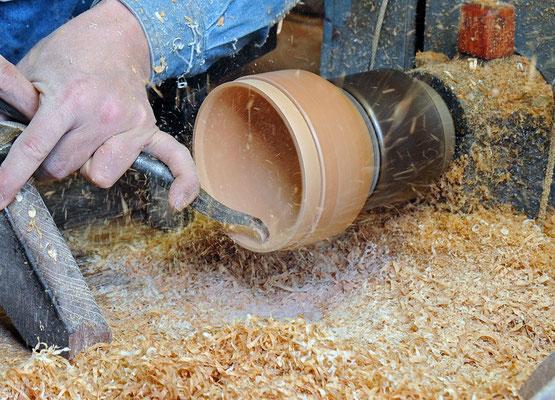 乾燥後、外側仕上挽き、内側中挽き、内側仕上挽きと続きます。