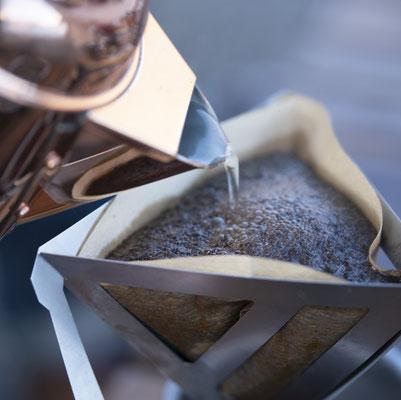 熱いお湯を注いで香り高い美味しいコーヒーを!