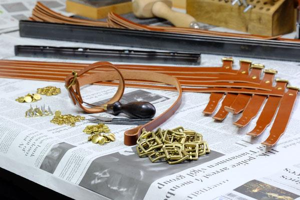 付属は全て真鍮製、特にバックルは職人が造る砂型手込め鋳造