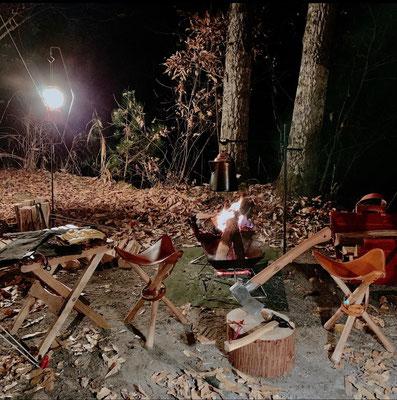 落ち葉と斧 焚き火と焚き火チェア