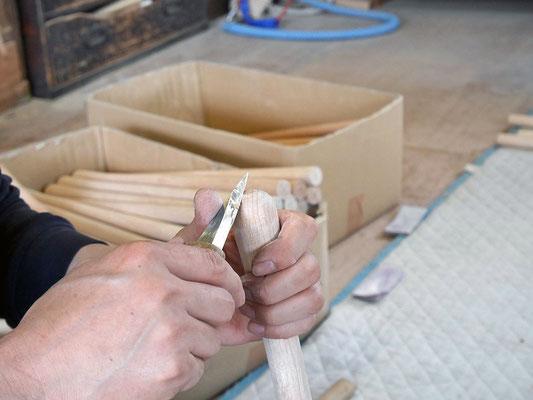 脚の丸みを作り出すのに職人の手によってさらに滑らかにカット