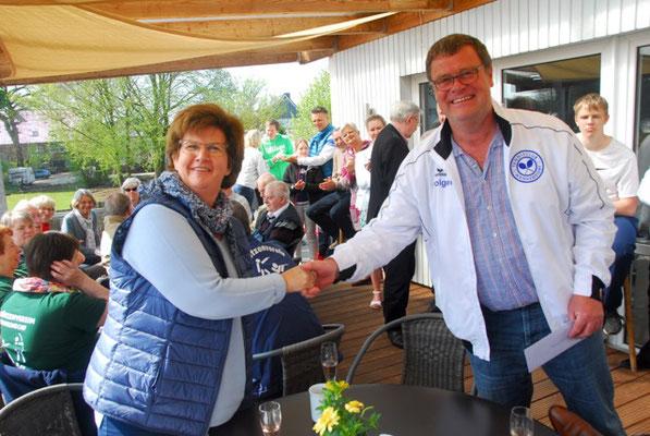 Bürgermeisterin Silke Rossmann übergibt 1. Vorsitzenden Holger Fockenga das Präsent der Gemeinde