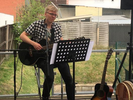 Nils Boysen spielt beim Tag der offenen Tür