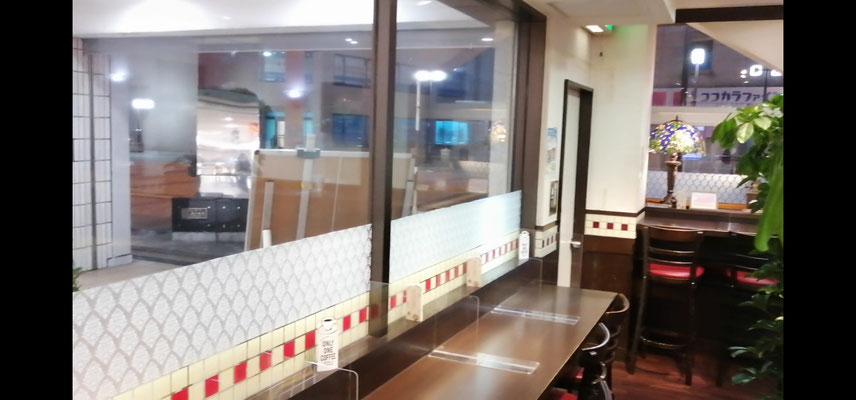 喫茶店B店内窓際席1