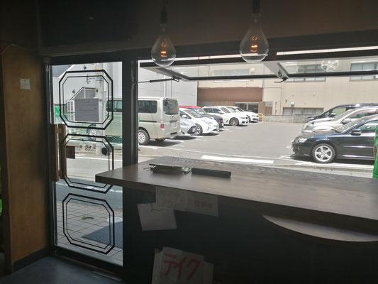 店内オープンカウンター窓