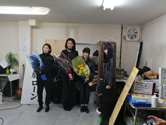 クランクアップ。高橋ユウさん、加藤小夏さん、掛橋沙耶香さん、弓木奈於さん。