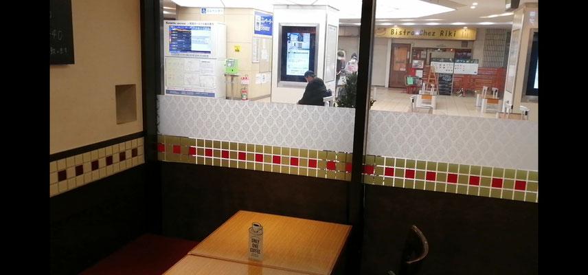 喫茶店B店内窓際席2