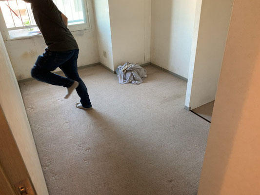 before 北側の部屋は特にカビやすい…壁材ごと除去してリフレッシュします。
