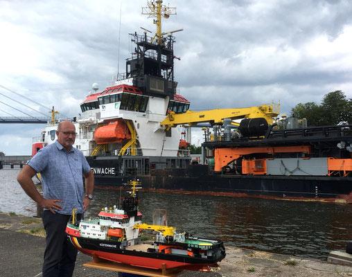 Der Erbauer mit seinem Modell vor dm Original der ARKONA in Stralsund