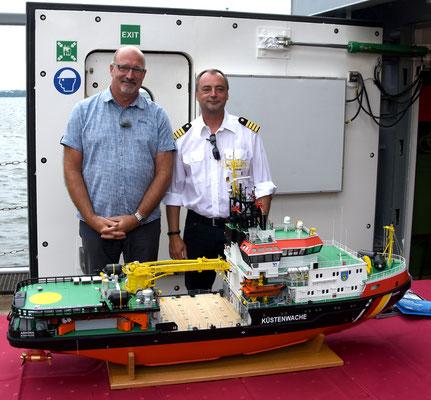 Der Erbauer des Modells mit dem richtigen Kapitän an Bord der ARKONA