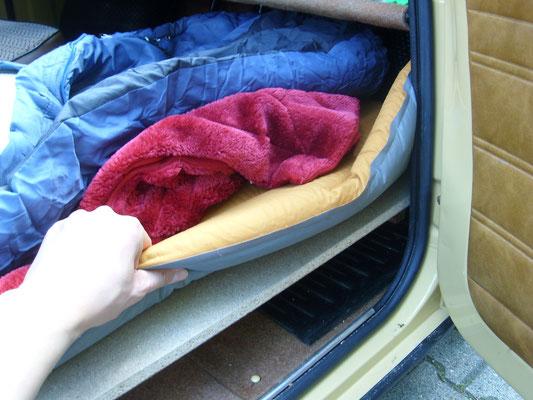 Das Bett im Aufbau - Zwei Matratzen â 7cm, eine Decke und der Schlafsack