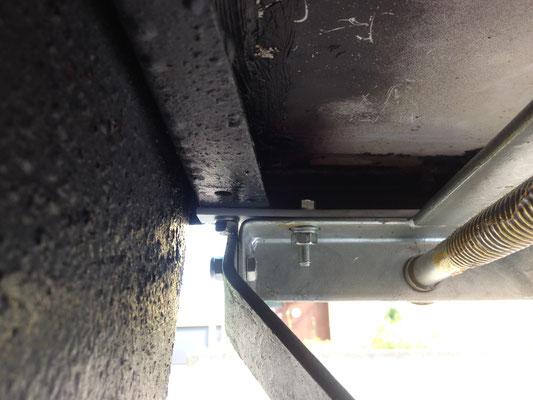 Und so sieht das vorn von unten aus. Ein stabilisierender Stahlstreifen (220x20x4mm) wurde mit ausgemessenen Löchern versehen. Zwei halten den Streifen an die origianlen Punkten am QEK. Ein zusätliches musste noch hinein, für die Stütze selber.