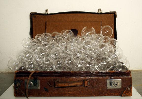 """""""Unterwegs"""", 2009, Glaskugeln, Lederkoffer"""