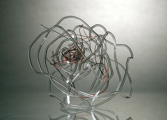 """Knäul"", 2009, Glas roter Draht, 20cm Durchmesser"