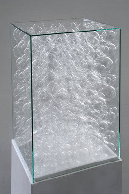 """""""Was bleibt"""", 2013, Detail, Glaskugeln unter Glashaube"""