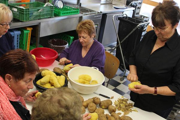 schälen für den Kartoffelsalat.