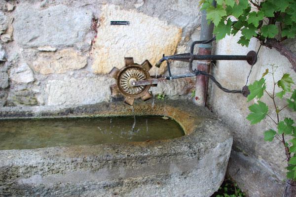 Wasserrad am Brunnen...
