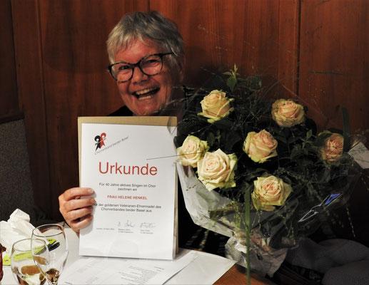 Helene wurde für 40 Jahre Singen im Chor geehrt,