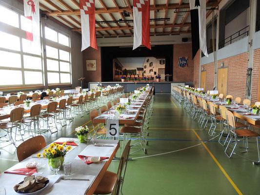 die Halle dekoriert und vorbereitet.