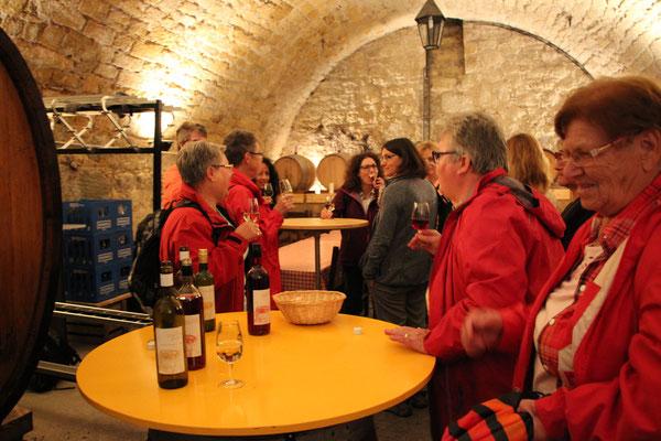Beim Apéro im Weinkeller