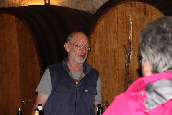 Herr Stettler schenkt den Wein ein.