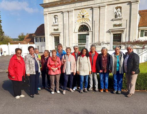 Eine Gruppe vom Frauenchor vor der Klosterkirche