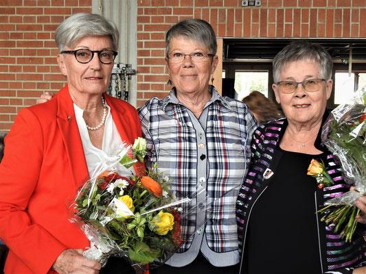 Im Namen des Frauenchores werden Blumen überreicht