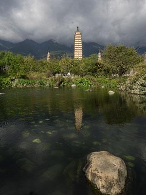 "CHONGSHENG SI SAN TA 崇圣寺三塔 (""Drei Pagoden des Chongsheng-Klosters"") in DALI 大理."
