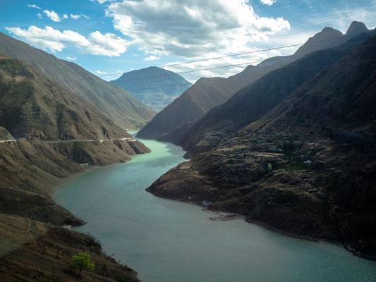 """An der HUTIAO XIA 虎跳峽  (""""Tigersprung-Schlucht"""") müssen sich die reißenden Wassermassen des Jangtse-Flusses durch einen nur etwa 15 Meter breiten Engpass zwängen."""