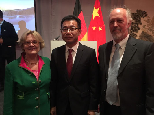 Sigrid Deussen, WANG Shunqing, Pete Smitzh beim Empfang anlässlich des Nationalfeiertags.