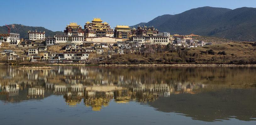 """Das tibetische GADAN SONGZANLIN SI 噶丹松赞林寺 (""""Ganden Songtsenling-Kloster"""")  in XIANGGELILA 香格里拉 (""""Shangri-La"""") liegt auf einer Höhe 3.270 Metern."""