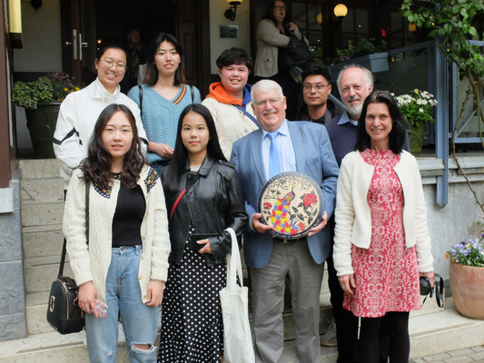 Auf dem Bild neben den Studierenden und Herrn Stadtverordnetenvorsteher Dr. Etzrodt der stellvertretende Vorsitzende des Vereins Pete Smith und die Deutschdozentin aus LIJIANG Bea Hendrix.
