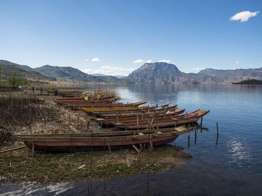 """Ausflugsboote am LUGU HU 泸沽湖 (""""Lugu-See"""") in 2.690 Metern Höhe."""