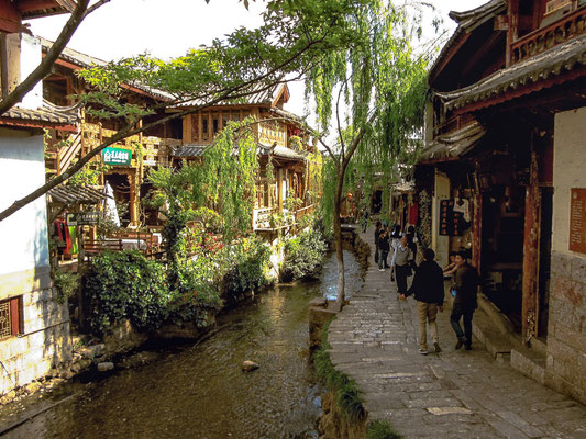 Grüne Straße mit Kanal in der Altstadt von LIJIANG 丽江.