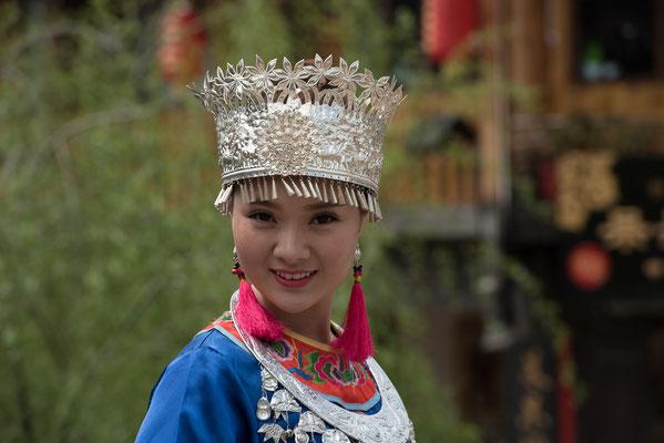 Frau in der Tracht der Volksgruppe der MIAO 苗族.