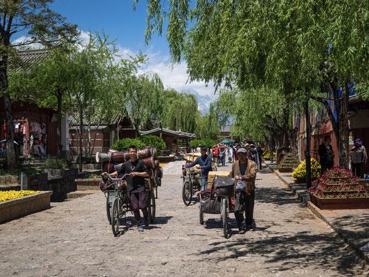 """Die Altstadt von LIJIANG 丽江 ist komplett autofrei. Wer dennoch mit einem """"Fahrzeug"""" in die Altstadt will, muss auf das Fahrrad umsteigen. Allein die Müllabfuhr fährt noch dieselmotorisiert."""