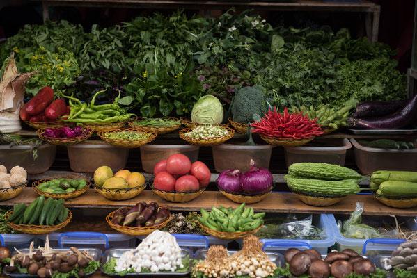 Im Restaurant kann man sich Zutaten zu Fleisch, Süßwasserfisch oder Geflügel selbst aussuchen. Durch das ganzjährig milde Klima wachsen Obst und Gemüse im Überfluss.