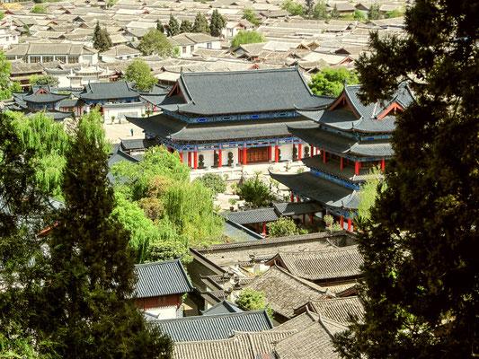 Blick über die Altstadt von LIJIANG 丽江.