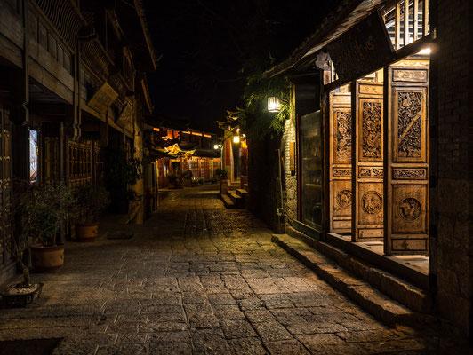 Die Altstadt von LIJIANG 丽江 bei Nacht.