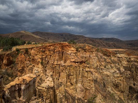 """Der als UNESCO-Weltnaturerbe ausgezeichnete TULIN 土林 (""""Erdwald"""") in YUANMOU 元谋 erstreckt sich über eine Fläche von 26.000 ha mit zum Teil sehr bizarren Felsformationen, Schluchten, Felsentoren und Überhängen."""