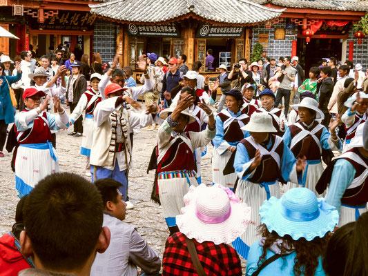 Tanz der NAXI 纳西族 auf einem Platz in LIJIANG 丽江.