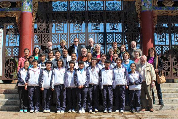 Reisegruppe zu Besuch in einer Schule in  LIJIANG 丽江.