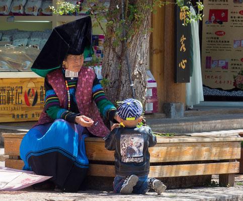 Frau in der Tracht der Volksgruppe der YI 彝族.
