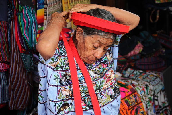 Tz'utujil Frau Kopfbedeckung Atitlán-See, Photo by Mama