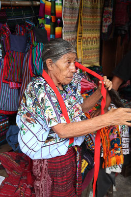 Tz'utujil Frau Binden der Kopfbedeckung Santiago de Atitlán, Photo by Mama